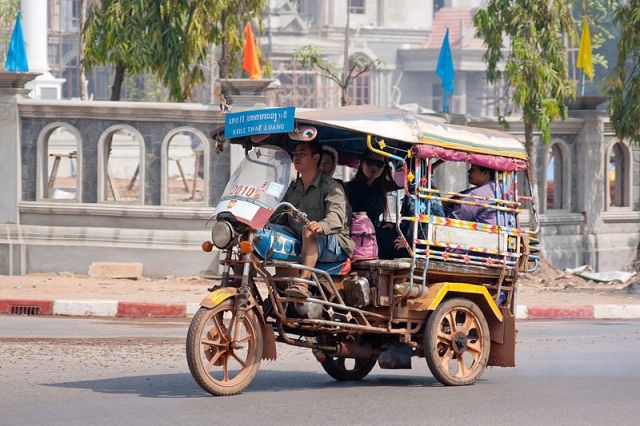 800px-Tuk-tuk_in_Vientiane_02